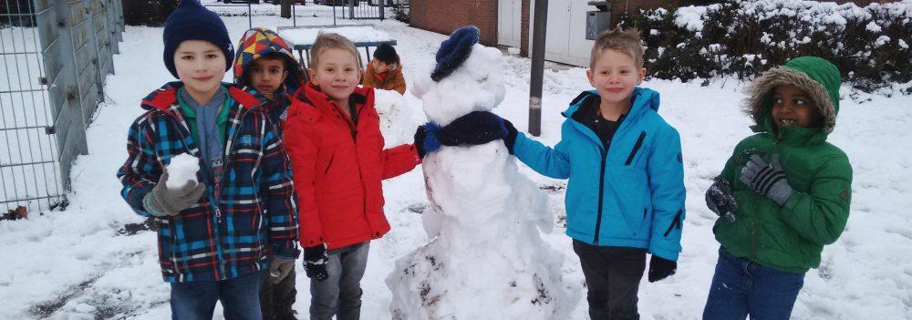 Wir nutzen den Schnee aus und bauen Schneemänner!